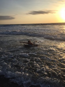Yoga, lekfullhet & surf en la playa!